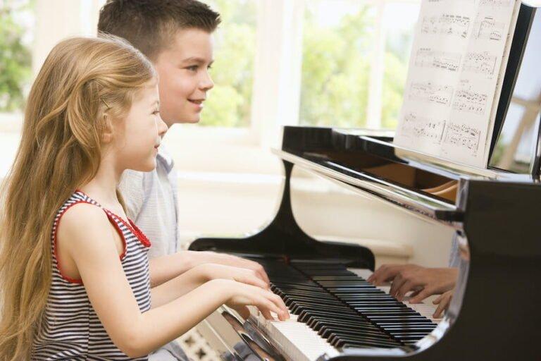 Hur är det att lära sig spela piano som barn?